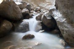 Flusso continuo dell'acqua in canyon di Saklikent fotografia stock libera da diritti