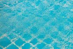 Flusso continuo dell'acqua nello stagno immagine stock