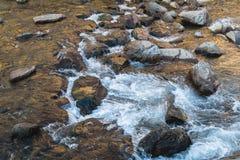 Flusso continuo dell'acqua sopra le rocce nel Giappone Fotografia Stock