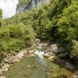 Flusso continuo delle acque dell'insenatura di Dezzo via alla gola di Mala, canyon di Scalve immagini stock
