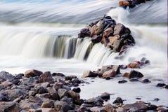 Flusso del fiume della cascata Immagine Stock