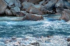 Flusso del fiume della montagna Immagini Stock Libere da Diritti