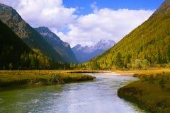 Flusso del fiume fra le montagne Immagini Stock Libere da Diritti