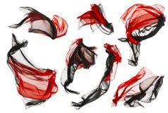 Flusso del panno del tessuto ed onde, il nero rosso piegato della mosca del raso su bianco Fotografia Stock