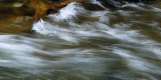 Flusso dell'acqua della montagna a velocità di otturatore lunga Fotografie Stock Libere da Diritti