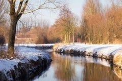 Flusso dell'acqua nel paesaggio di inverno Fotografie Stock Libere da Diritti