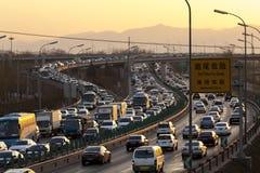 Flusso dell'automobile nell'ambito del tramonto Fotografia Stock Libera da Diritti