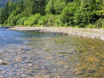 Flusso della montagna che circola sulle rocce Immagine Stock Libera da Diritti
