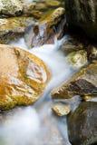 Flusso della montagna che funziona sopra le rocce immagine stock libera da diritti