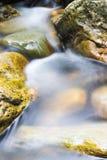 Flusso della montagna che funziona sopra le rocce Immagini Stock Libere da Diritti