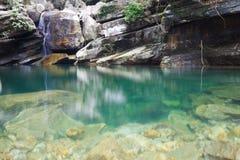 Flusso della montagna che funziona sopra le rocce Fotografia Stock