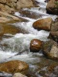 Flusso della montagna con le rocce Fotografie Stock