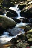 Flusso della montagna e della roccia Immagini Stock Libere da Diritti