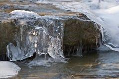 Flusso della montagna in inverno. Fotografia Stock