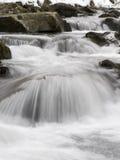 Flusso della montagna in mattina di inverno Immagine Stock