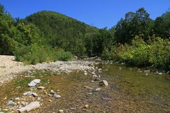 flusso della montagna rocciosa fotografie stock