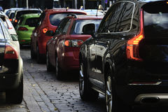 Flusso delle automobili nella città Immagine Stock