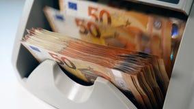 Flusso di euro fatture che passano attraverso il meccanismo di conteggio stock footage