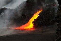 Flusso di lava alla notte fotografia stock