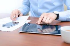 Flusso di lavoro con Apple Ipad e Iphone Immagine Stock
