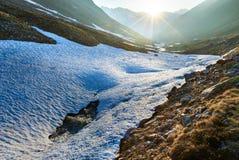 Flusso e tramonto della montagna di sera Fotografia Stock Libera da Diritti