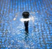 Flusso scorrente sulla superficie dell'acqua, fontana Fotografie Stock Libere da Diritti