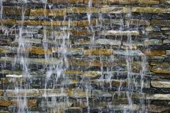 Flusso su un muro di mattoni Immagine Stock