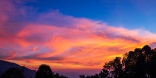 Flusso vago di moto della nuvola mentre periodo di tramonto Fotografie Stock Libere da Diritti