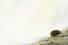 Flusso veloce Fiume della montagna in pieno di acqua sorgiva fredda Grandi pietre della pantofola ed acqua fredda spumosa intorno Fotografia Stock Libera da Diritti