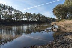Flussreflexionen und Dampfspur Stockfotos