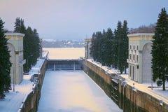 Flussschleusentor in der Stadt von Moskau im Winter Stockfotografie