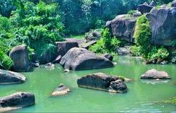 Flussseite mit Felsen Lizenzfreies Stockbild