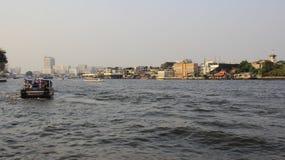 Flussseite und Bangkok-Stadt-Ansicht mit Smog lizenzfreies stockfoto