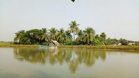 Flussseitenbereich Kleines Dorf lizenzfreie stockfotos