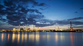 Flussseitenerdölraffinerie-Industrieanlage entlang Dämmerungsmorgen Lizenzfreies Stockbild