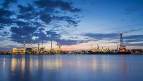Flussseitenerdölraffinerie-Industrieanlage entlang Dämmerungsmorgen Stockfotografie