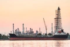 Flussseitenerdölraffinerie-Industrieanlage entlang Sonnenaufgang Stockfotografie