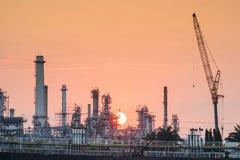 Flussseitenerdölraffinerie-Industrieanlage entlang Sonnenaufgang Stockfoto