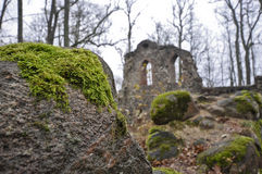 Flusssteine mit grünem Moos auf den Ruinen des Schlosses in Lettland Lizenzfreies Stockfoto