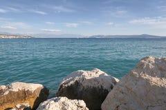 Flusssteine und adriatisches Meer Lizenzfreies Stockbild