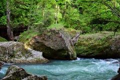 Flusssteine und enorme Steine auf dem Fluss Lizenzfreie Stockfotografie