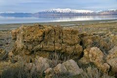 Flusssteine und entfernte Berge am Nationalpark Lizenzfreies Stockbild