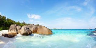 Flusssteine und Ozean Lizenzfreies Stockfoto
