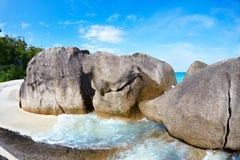 Flusssteine und Ozean Stockfotos