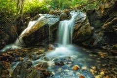 Flusssteine und Wasserfälle Stockfotos