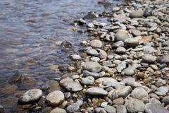 Flussstrand, natürlicher Konzepthintergrund Stockfotos