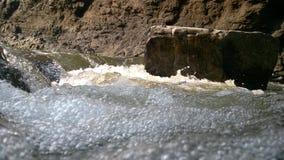 Flussstrom zwischen Hügeln lizenzfreies stockfoto
