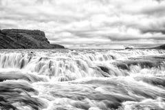 Flussstromschnellen in Reykjavik, Island Wasserstromfluß Wasser fällt auf bewölkten Himmel Geschwindigkeit und Turbulenz Wilde Na stockbild