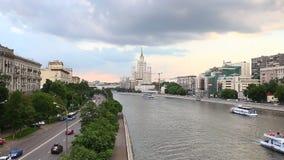 Flusstransport in Moskau Russland stock footage