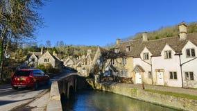Flussufer-Ansicht eines schönen englischen Dorfs Lizenzfreies Stockbild